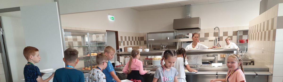 Obědváme v nové jídelně